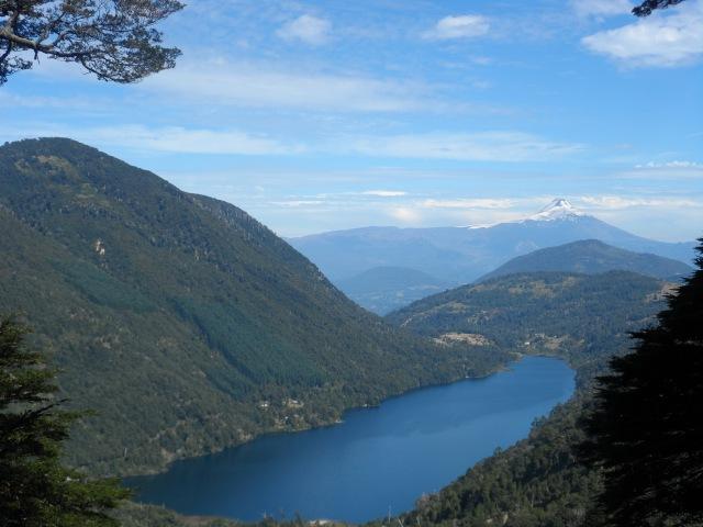 volcán y lago