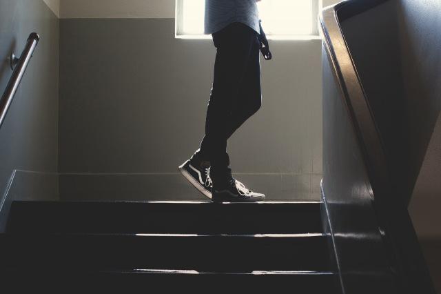 hombre escaleras