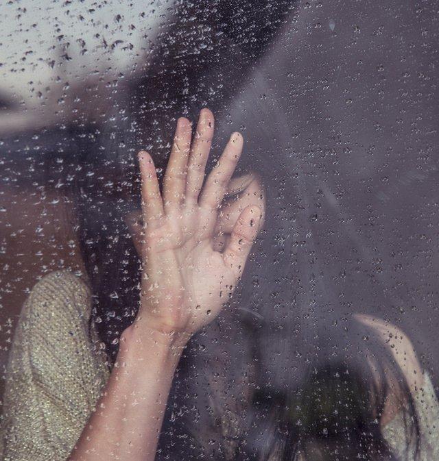 Mujer detrás de una ventana
