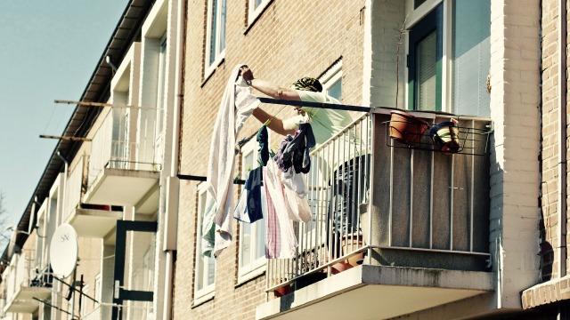 Mujer en balcón